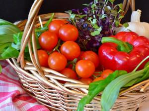 Senior si šel natrhat na cizí zahradu papriky a rajčata. Majiteli, který ho doběhnul, navíc dal pár facek a rozbil mu brýle