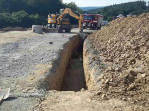 Dva dělníci byli zasypáni při výkopu kanalizace na Olomoucku. Jsou zranění