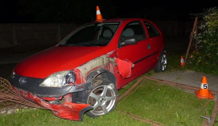 Řidič, který jel příliš rychle, dostal smyk a havaroval do plotu u domu