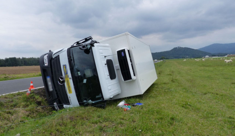 Třiadvacetiletý řidič najel s kamionem na krajnici, která se utrhla. Vozidlo skončilo na boku