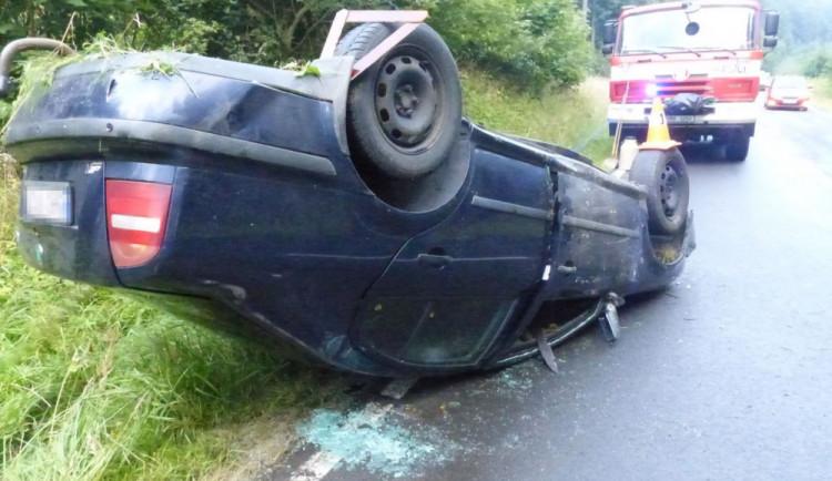 Řidiči vběhla do cesty srna, ten strhl řízení a auto skončilo na střeše