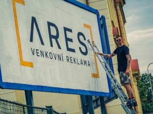 FOTO: Je to hlavně o rychlosti a přesnosti. Strávili jsme den v Olomouci s lepičem billboardů