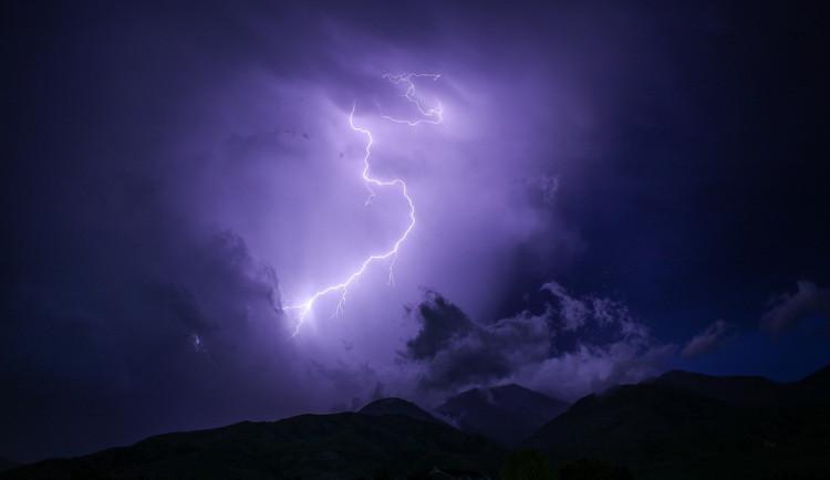 Ve čtvrtek hrozí na území Moravy silné bouřky