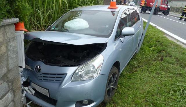 FOTO: Řidič skončil se svým autem ve zděné zídce vedle cesty, policie hledá svědky nehody