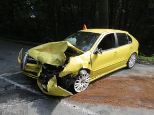 Řidič vjel příliš rychle do zatáčky, dostal smyk a narazil do protijedoucího auta. Oba řidiči skončili v nemocnici
