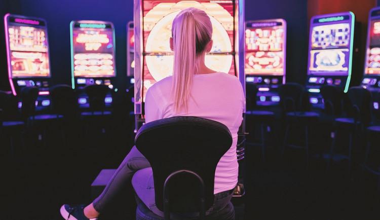 Bankovní úřednice podváděla klienty, peníze utratila v online hazardu