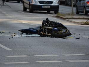 Motorkář se při předjíždění střetl s dalším motocyklem. Na místě zemřel