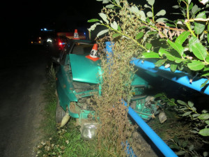 FOTO: Osmnáctiletý řidič s autem napálil do zábradlí mostku. Naměřili mu neuvěřitelných 2,8 promile