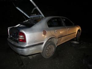 Opilý mladík bez řidičáku havaroval a poté se vloupal do skladu pro pneumatiky