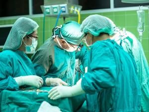 Kauza lékařů podezřelých ze smrti pacienta v Přerově míří ke krajskému soudu