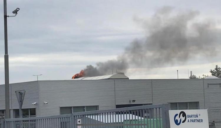 AKTUALIZOVÁNO: Na střeše Porsche Olomouc vzplála ventilace, muselo být evakuováno 39 lidí
