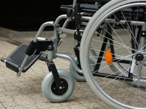 Senior v autě srazil na přechodu pro chodce v ulici 17. listopadu vozíčkářku, skončila v rukou záchranářů