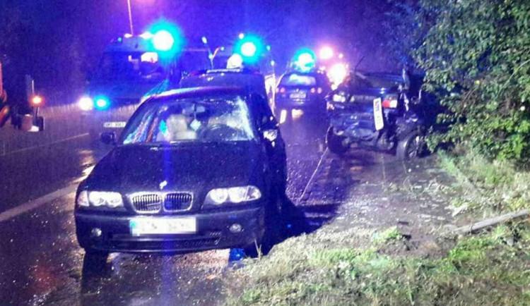 U Břuchotína se střetla dvě osobní auta, hasiči museli vyprošťovat zraněnou osobu zpod auta