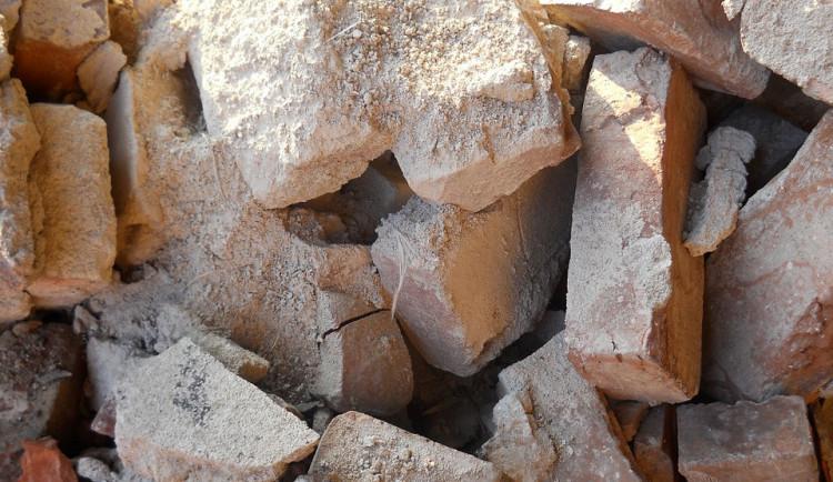 Zloděj se na stavbu proboural přes nově postavenou zeď, šel najisto