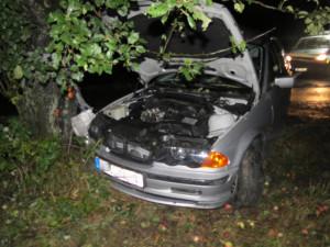 Alkoholem posilněný řidič nezvládl jízdu na mokré vozovce a naboural do stromu