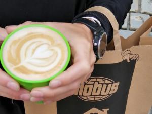 """V kavárně olomouckého Globusu začal fungovat systém vratných kelímků """"Otoč kelímek"""""""