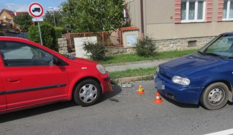 Na jižní se srazila tři auta. Osmnáctiletá řidička zezadu vytlačila svým autem vozidlo před ní do protisměru
