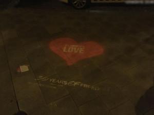 Na náměstí Republiky a v ulici 1. máje se na chodnících objevila srdce. Sprejer uvedl, že jde o smazatelnou barvu