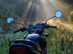 Opilý řidič jel na motorce bez registrační značky. Navíc řídil i přes zákaz