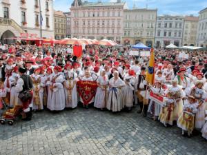 Na putovním folklorním festivalu Setkání Hanáků se představídvě stovky krojovaných muzikantů a tanečníků