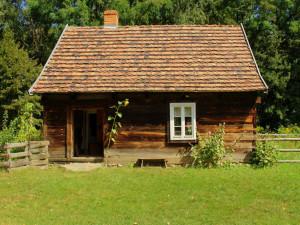 Zloděj se vloupal do chaty a odnesl si nová kamna, kytaru, křesla, stolek i sekačku