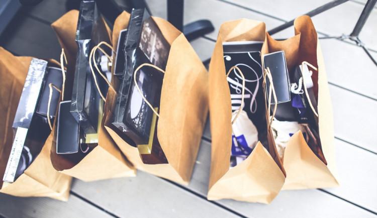 Žena zapomněla tašky s nákupem na zemi. Když se pro ně za pět minut vrátila, už byly pryč
