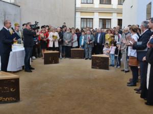 V Hranicích byla otevřena opravená proluka u synagogy. Plastika odkazuje na historii židovské komunity