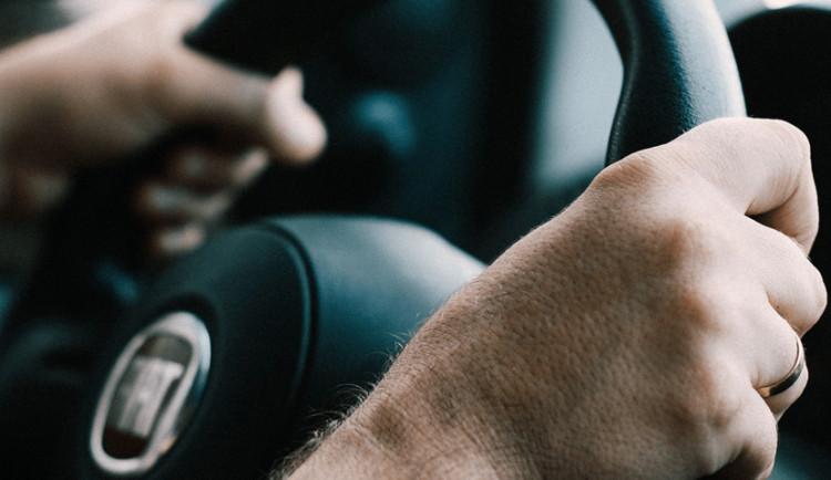 Policie odhalila za volantem zfetovaného řidiče se zákazem řízení, hrozí mu až tři léta za mřížemi