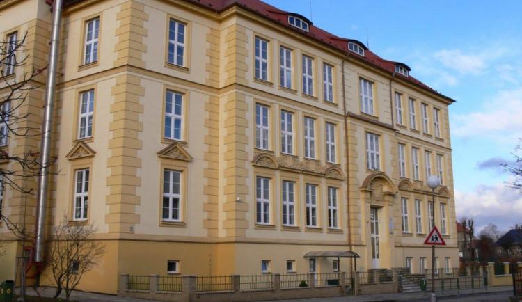 Základní škola Mozartova má nové víceúčelové hřiště. Odpoledne bude k dispozici i veřejnosti