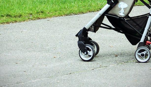 Při zhoupnutí jedoucího autobusu vypadlo půlroční dítě z kočárku a zranilo se