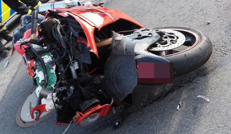 V křižovatce se srazilo osobní auto s motorkářem. Oba řidiči skončili v péči zdravotníků