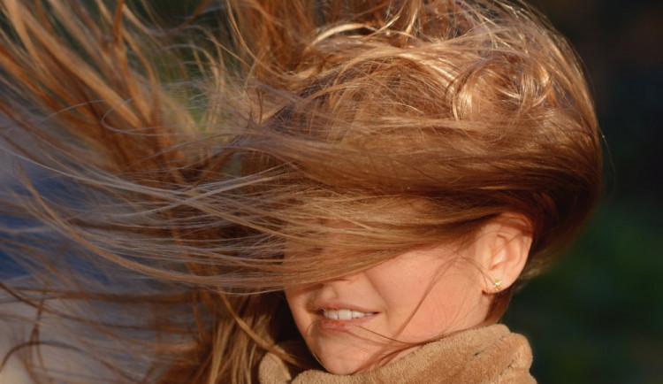 Meteorologové varují před velmi silným větrem. Může dojít i k přerušení elektrického vedení