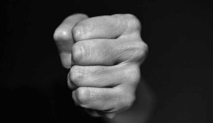 Hádka mezi partnery skončila fyzickým napadením. Muž ženu zasypal údery a kopanci