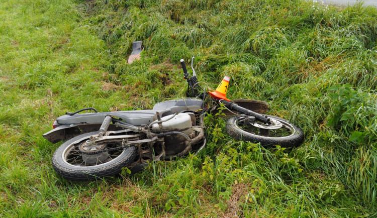 Opilý motorkář skončil po projetí zatáčky v příkopu. Se zraněním byl převezen do nemocnice