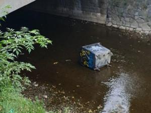 Hasiči lovili z Bystřičky kontejnery na papír a směsný odpad