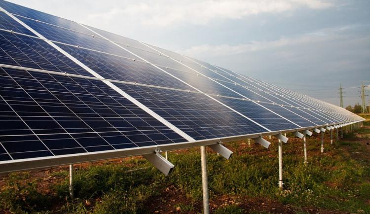 Zloděj ukradl solární panely. Způsobil škodu za čtrnáct tisíc a lidi odstřihl od internetu