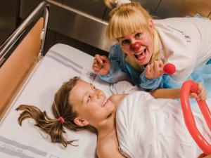 FOTO: Malé pacienty doprovodí na operační sál v olomoucké nemocnici zdravotní klauni
