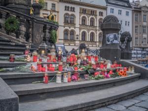 FOTO: U Trojice v Olomouci vzniklo pietní místo. Lidé zde zapalují svíčky za Karla Gotta