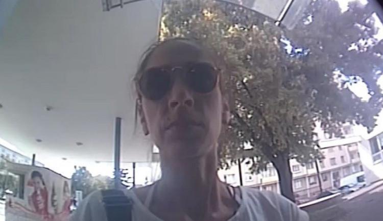Policie pátrá po ženě, která se snažila zjistit zůstatek na ukradené platební kartě