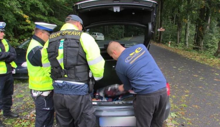 FOTO: Policie kontrolovala všechny hraniční přechody na Jesenicku. Zjistila přes dvacet prohřešků