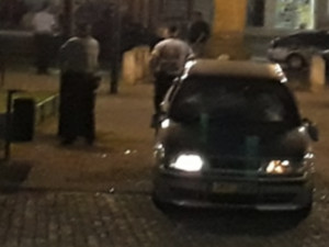 Rozbité auto a střelba na náměstí. Policie obvinila šest osob
