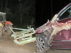 Auto se rozpáralo o kompaktor při míjení traktoru. Řidič auta skončil v nemocnici