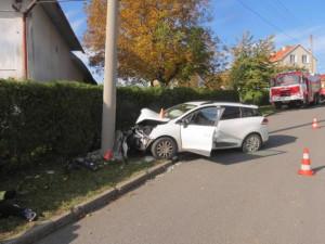 Čtyřiapadesátiletá řidička narazila do elektrického sloupu, na vině byl mikrospánek