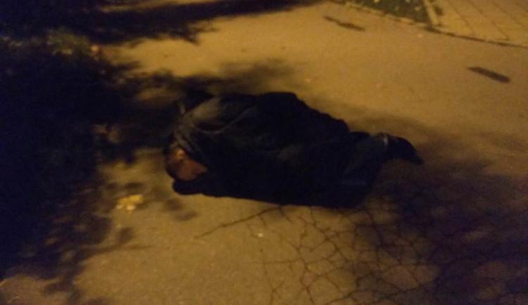 Strážníci budili muže, který spal ve spacáku uprostřed silnice a vulgárně pokřikoval na lidi. Ten den opustil brány vězení