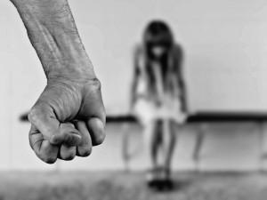 Opilý muž byl agresivní na ženu a děti a kopal do dveří. Skončil na záchytce