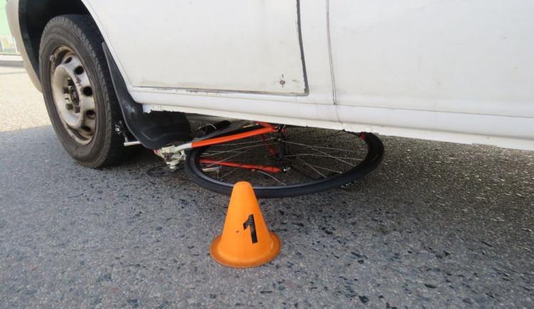 Cyklista havaroval a skončil v nemocnici. Kolo přejela dodávka