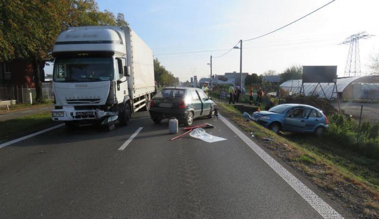 Chvilková nepozornost řidiče zapříčinila nehodu tří vozidel na Brněnské ulici v Prostějově