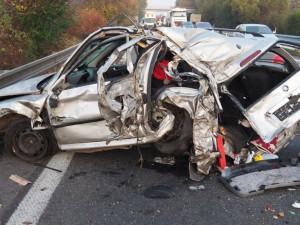Řidiči jeli v mlze příliš rychle. Na dálnici narazili do odstaveného auta