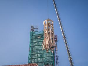 FOTO/VIDEO: Další část radniční věže je na svém místě. Podívejte se na video a fotky z průběhu