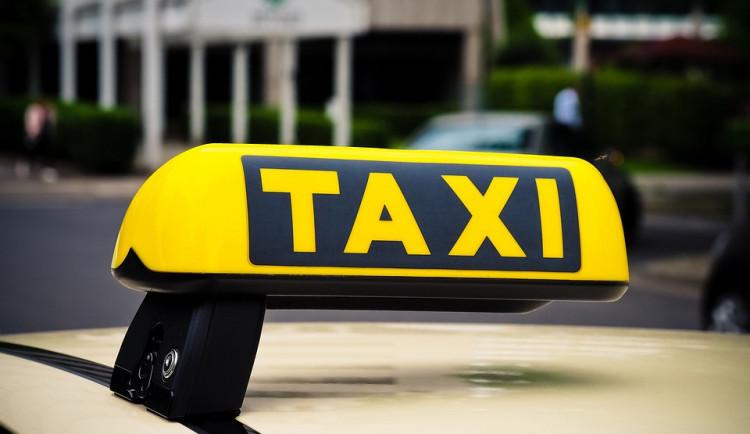 Pasažér nezaplatil taxikářce za cestu a ještě ji okradl o peníze a telefon